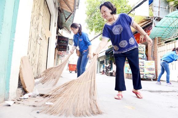 Người dân tham gia dọn dẹp vệ sinh ở một khu phố tại TPHCM. Ảnh: VIỆT DŨNG