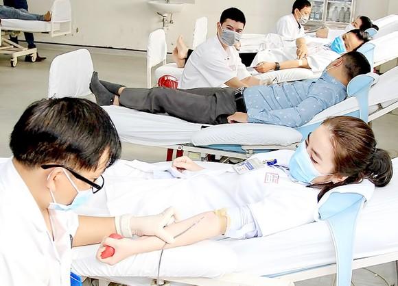 Các y, bác sĩ Bệnh viện Trung ương Huế hiến máu và hiến tiểu cầu
