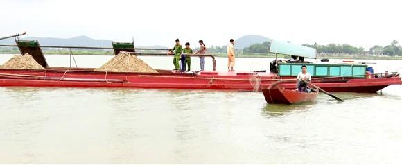 Công an huyện Nghi Xuân, Hà Tĩnh bắt giữ sà lan khai thác cát trái phép trên sông Lam