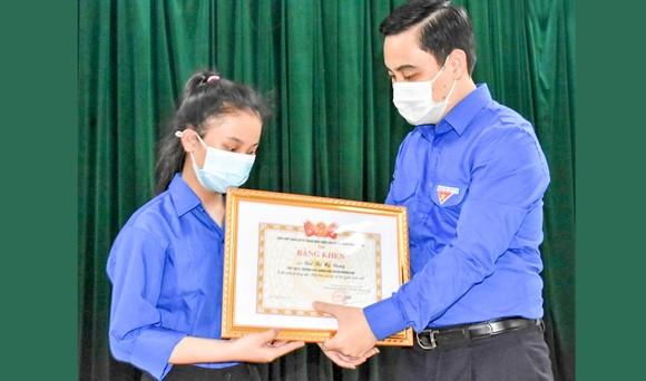 Bí thư Tỉnh đoàn Hà Tĩnh Lê Thành Đông tặng bằng khen cho em Bùi Thị Mỹ Dung