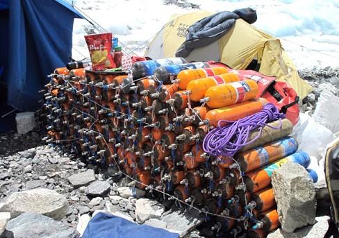 Nepal tái sử dụng bình oxy của các nhà leo núi ảnh 1