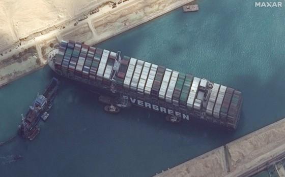 Sự cố tàu chở hàng MV Ever Given bị mắc kẹt, chắn ngang kênh đào Suez, Ai Cập, ngày 26-3-2021. Ảnh: Maxar Technologies/AP