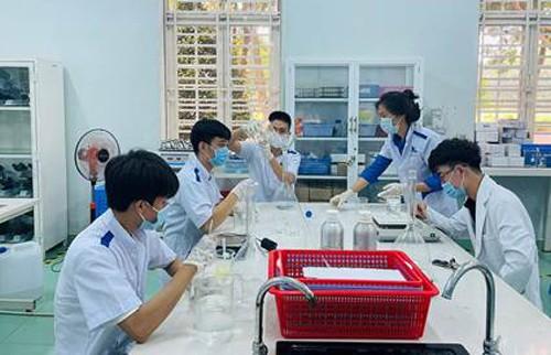Sinh viên Trường ĐH Công nghệ Miền Đông sản xuất 4.000 chai nước sát khuẩn phục vụ công tác phòng chống Covid-19 tại Đồng Nai ảnh 3