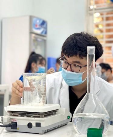 Sinh viên Trường ĐH Công nghệ Miền Đông sản xuất 4.000 chai nước sát khuẩn phục vụ công tác phòng chống Covid-19 tại Đồng Nai ảnh 5