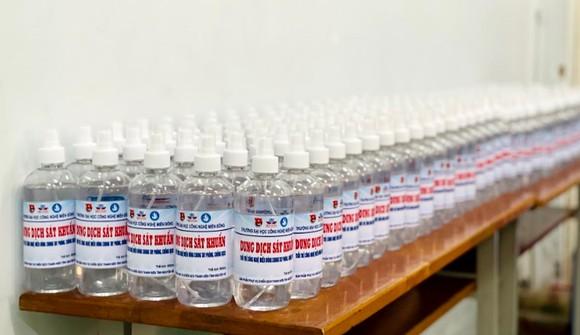 Sinh viên Trường ĐH Công nghệ Miền Đông sản xuất 4.000 chai nước sát khuẩn phục vụ công tác phòng chống Covid-19 tại Đồng Nai ảnh 7
