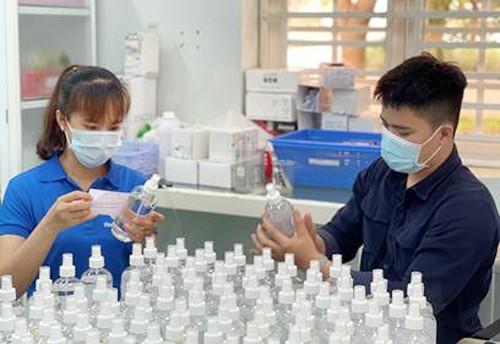 Sinh viên Trường ĐH Công nghệ Miền Đông sản xuất 4.000 chai nước sát khuẩn phục vụ công tác phòng chống Covid-19 tại Đồng Nai ảnh 6
