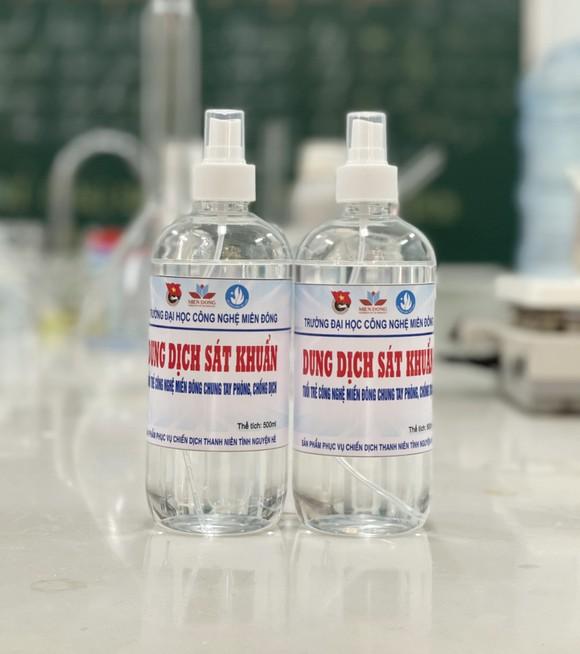 Sinh viên Trường ĐH Công nghệ Miền Đông sản xuất 4.000 chai nước sát khuẩn phục vụ công tác phòng chống Covid-19 tại Đồng Nai ảnh 1