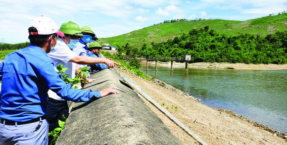 Thi công kè biển, hồ đập miền Trung: Về đích trước mùa mưa bão ảnh 1