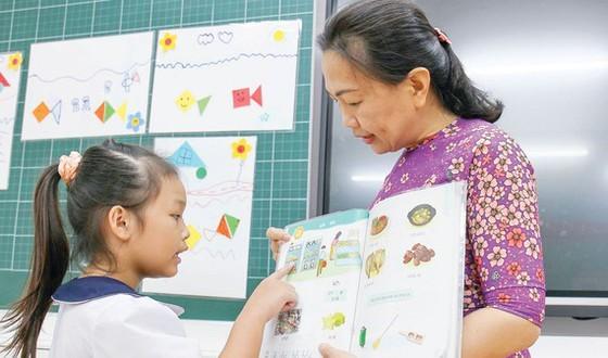 Cô trò Trường Tiểu học Nguyễn Bỉnh Khiêm, quận 1, TPHCM. Ảnh: HOÀNG HÙNG