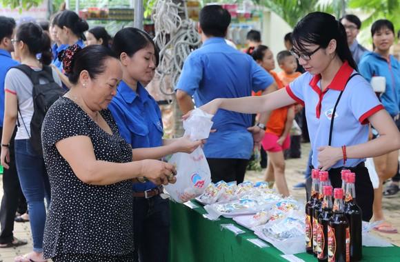 Tặng quà, khám bệnh miễn phí cho người dân Bình Thạnh ảnh 4
