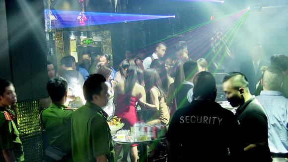"""Đột kích 2 quán bar, phát hiện nhiều dân chơi nghi """"phê"""" ma tuý ảnh 1"""