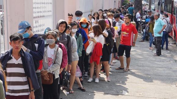 VIDEO: Người hâm mộ xếp hàng dài chờ vé giao lưu U23 Việt Nam   ảnh 2