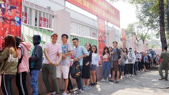 VIDEO: Người hâm mộ xếp hàng dài chờ vé giao lưu U23 Việt Nam   ảnh 1