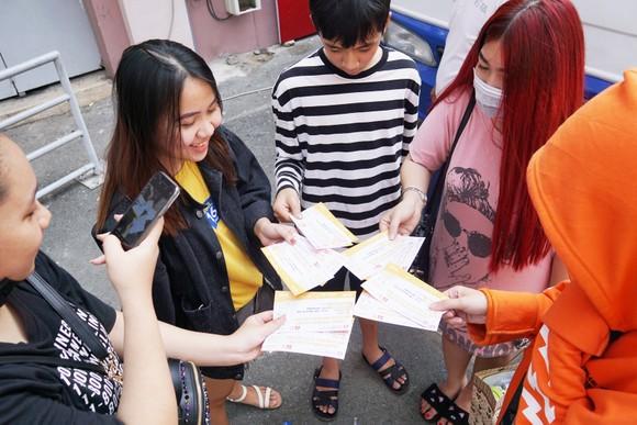 VIDEO: Người hâm mộ xếp hàng dài chờ vé giao lưu U23 Việt Nam   ảnh 6