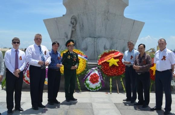俄羅斯聯邦駐本市總領事Popov A. V. 與眾多俄羅斯和越南公民前往金蘭紀念碑緬懷、上香和敬獻花圈。(圖源:互聯網)