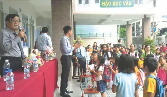 崇正華文中心董事長張世豪在開學典禮上 向學生訓話。