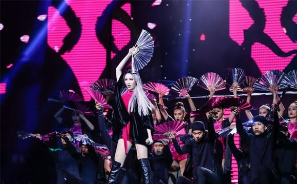 寶詩在《The remix-2017年燈光和音》節目上的表演。(圖源:互聯網)