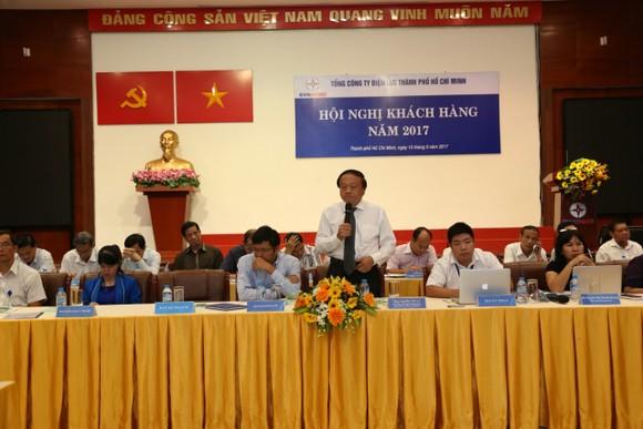 EVN HCMC副總經理阮文理在2017年客戶會議上答客戶問。