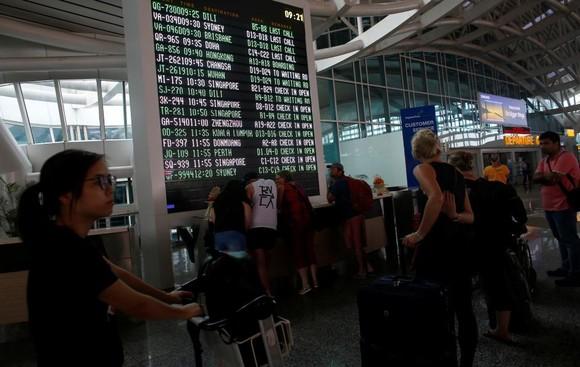 由於巴厘島阿貢火山持續噴發,已關閉一天的巴厘島伍拉萊國際機場將繼續關閉至當地時間29日早7時。