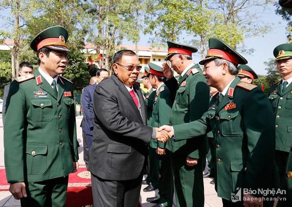 老撾總書記、國家主席本揚‧沃拉吉與第四軍區幹部、戰士們親切交談。(圖源:乂安報)