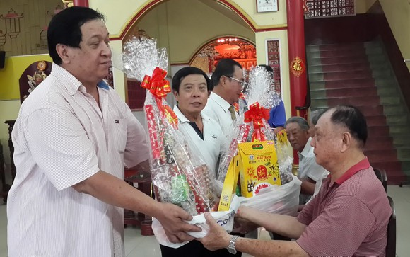 林氏大宗祠常值副理事長林漢盛、林進璋與各理事已向各位70歲高齡的宗親祝賀。