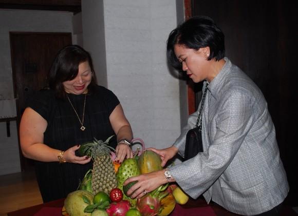 新加坡和泰國駐本市總領事參加水果拼盆比賽。(圖源:趣兒)