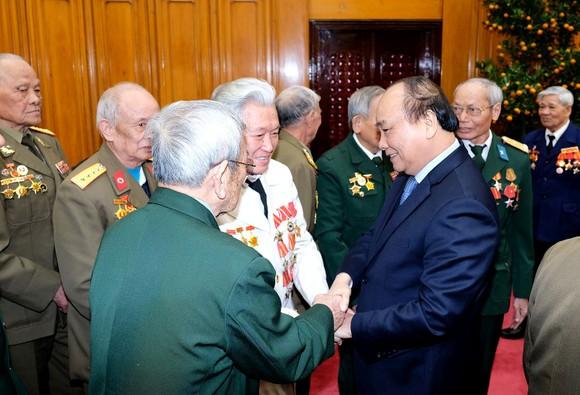 阮春福總理與退伍軍人會晤。(圖源:光孝)