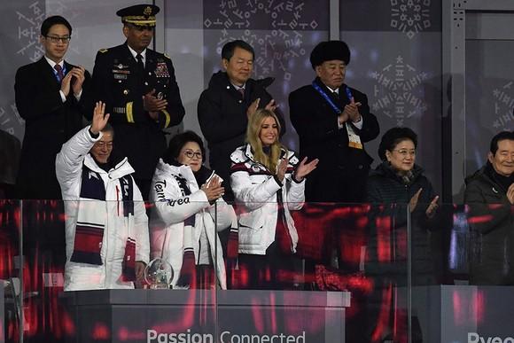 文在寅(前左一)、伊萬卡(前左三)、金英哲(後右一)等觀看冬奧閉幕式。(圖源:AFP)