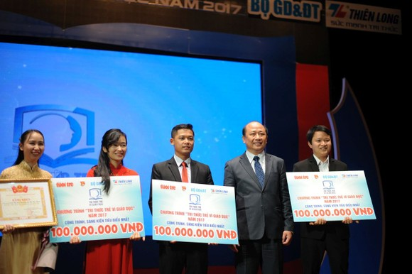 阮廷心總經理頒發獎金給為教育提出新構思的年輕人。