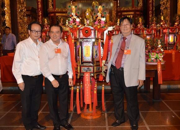 陳裕理事長(右)與投得和喜敬 「關聖帝君財燈」的福主林松耀 (左二)及萬盛發集團代表張豐裕 (左一)合照。(燕農 攝)