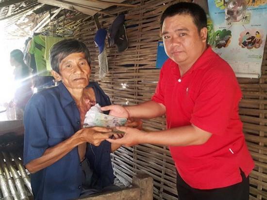 范文勇(右)把善款轉交給需要幫助的人。