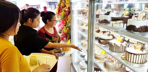 喜臨門員工向顧客介紹餅糕。