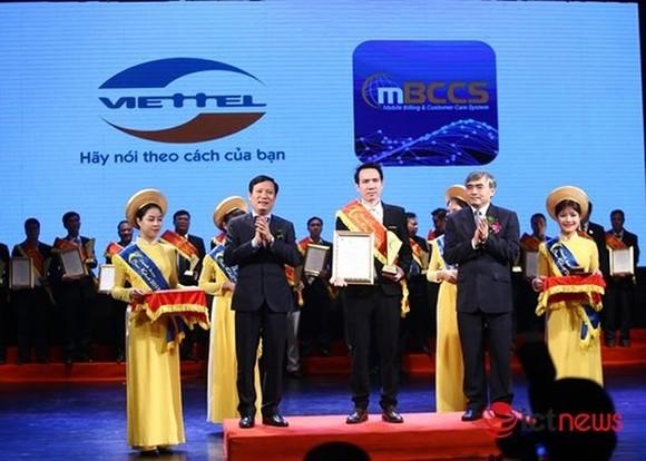 """新聞與傳播部副部長阮明紅(前右一)向Viettel代表頒發2018年""""奎宿""""稱號並表示祝賀。"""