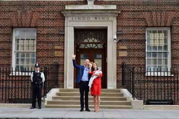 23日,倫敦,凱特王妃和丈夫威廉王子帶著新生兒從聖瑪麗醫院離開。(圖源:AP)