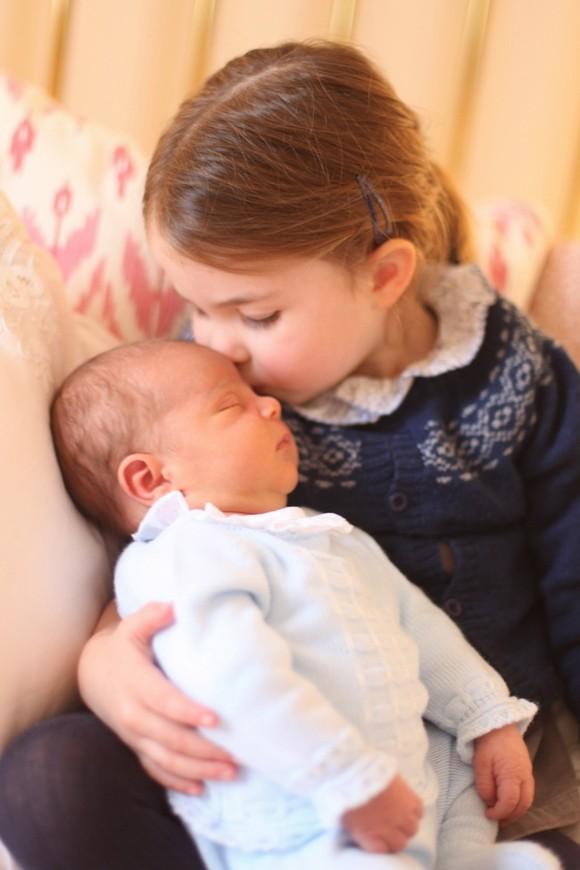 姐姐夏洛特公主親吻睡夢中弟弟的萌照。(圖源:互聯網)