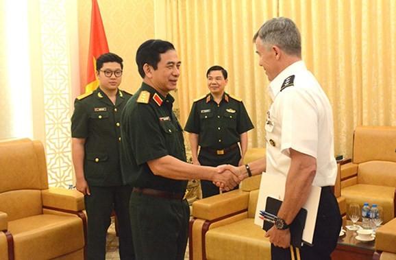 國防部副部長、總參謀長潘文江上將接見美國太平洋司令部副司令布萊恩‧芬頓中將。(圖源:武雄)
