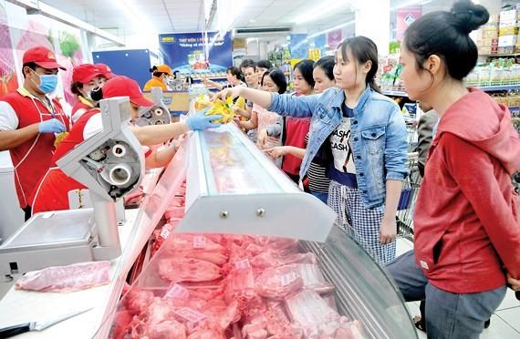 消費者在Co.opmart購買平抑市場的豬肉。