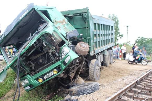 遭列車碰撞後的卡車被拋離約5米遠致其面目全非,1個車前輪脫離軸心。(圖源:南安)