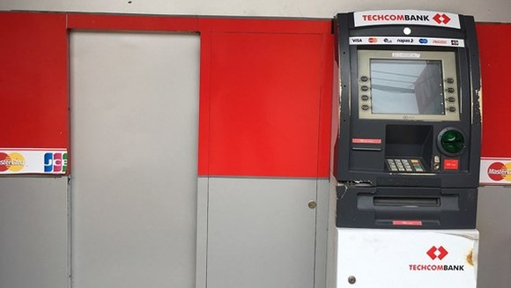 Techcombank 提款機被砸破現場。