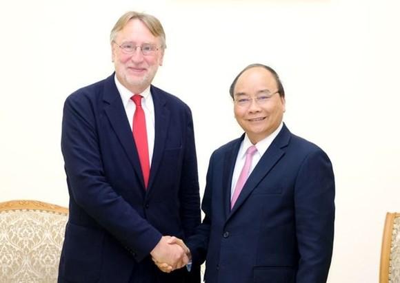 政府總理阮春福(右)接見歐洲議會國際貿易委員會主席、歐盟議員朗格。(圖源:光孝)