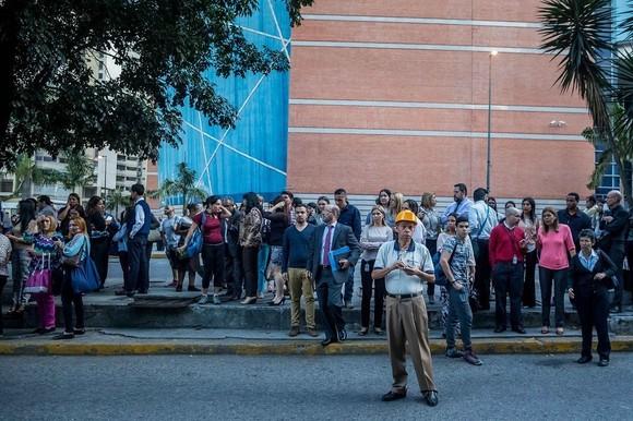 民眾從建築物中撤離,在戶外避難。(圖源:互聯網)