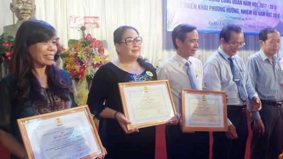 市教育與培訓廳工會委員兼市華語成人教育中心主任錢美秀榮獲出色表現的個人獎。