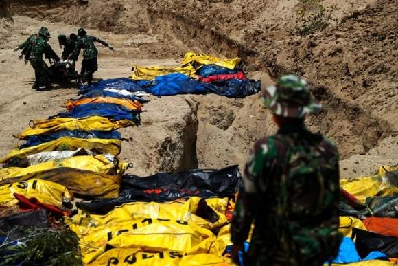 10月2日,印尼抗災署發言人蘇托波表示,9月28日發生於印尼中蘇拉威西省的強烈地震和海嘯,已造成1234人遇難。(圖源:路透社)