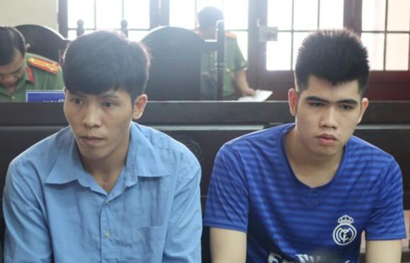 出庭受審的被告人阮文俊(左)和張玉賢。(圖源:金銀)