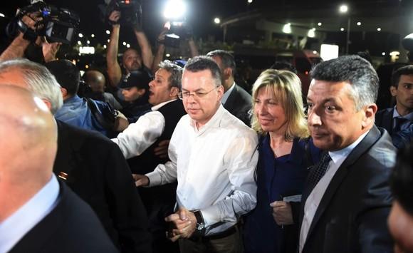布倫森(中)已登機離開土耳其。(圖源:AP)