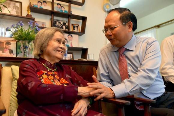 市領導在2017年4月份時探望已故總書記黎筍的夫人阮氏雲。(圖源:越通社)