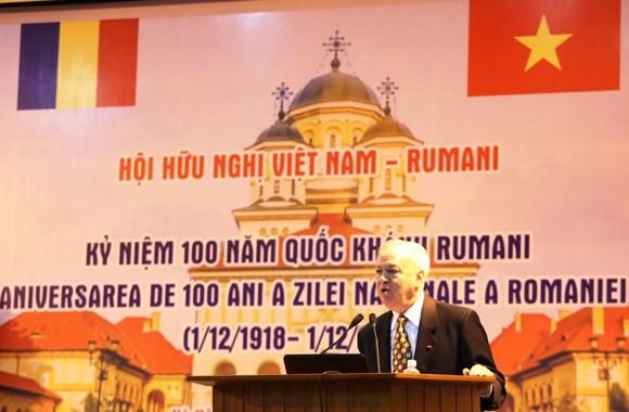 羅馬尼亞駐越特命全權大使Valerui Arteni在紀念會上致詞。(圖源:慶蘭)