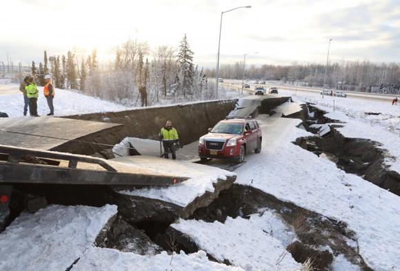 地面道路因地震發生塌陷,車輛被困。(圖源:路透社)