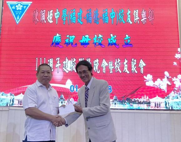 福中校友俱樂部執委會會長梁順(右)向陳佩姬中學報效。