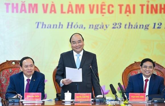 政府總理阮春福(中)在會議上發表演講。(圖源:Chinhphu.vn)